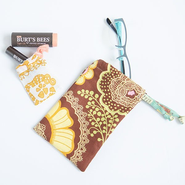 make cute gift bags with this easy drawstring bag tutorial